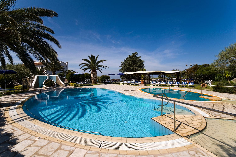 I giardini le piscine dell 39 hotel ideal tre stelle di - Del taglia piscine chiude ...
